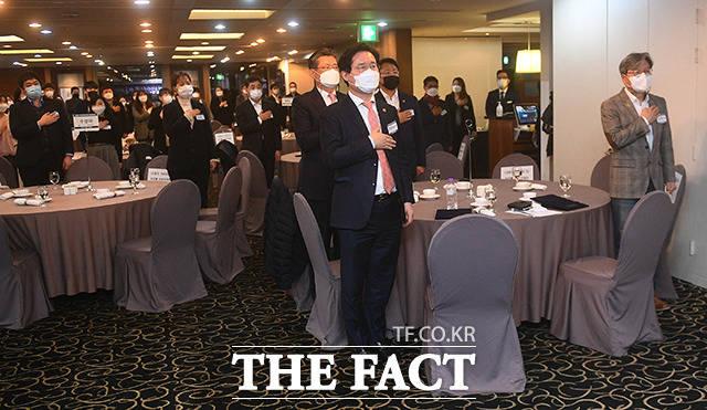 2020인터넷신문 언론대상 시작 전 국민의례하는 내빈들.