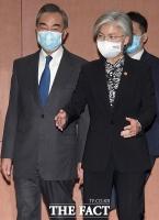 왕이 '시진핑 방한' 묻자… 마스크 가리키며