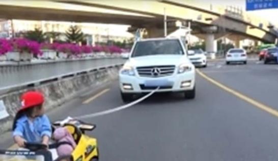 실제 도로에서 장난감 자동차를 운전하는 설정으로 논란이 됐던 보람튜브 영상 /유튜브 캡처