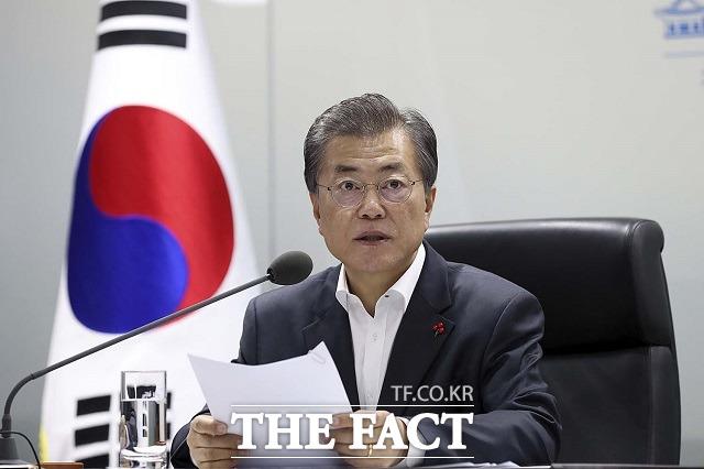 한국갤럽이 지난 24~26일 전국 만 18세 이상 1005명을 대상으로 실시해 27일 발표한 11월 4주 차 자체 여론조사에 따르면 문 대통령의 국정수행 지지율은 지난주보다 4%포인트 하락한 40%를 기록했다. /청와대 제공
