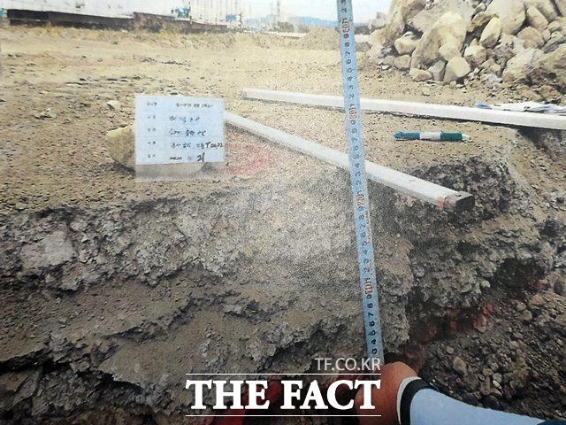 포항 원동1지구 현대힐스테이트 아파트 건설현장 터파기 과정에서 다량의 폐기물이 발견됐다. 사진은 발견된 슬래그페기물 층을 측정하는 모습/제보자 제공