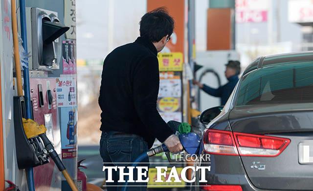 28일 오전 7시 30분 전국 17개 광역 시·도 휘발유 가격 가운데 서울이 리터당 1410.56원으로 가장 비쌌다. 위 사진은 해당 기사와 무관함 /더팩트 DB