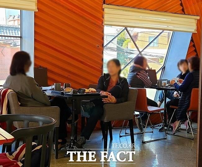 28일 오후 부산진구의 한 커피숍. 대부분의 사람들이 커피숍을 나갈 때까지 마스크를 착용하지 않고 있었다. /부산=김신은 기자