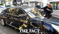 [TF포착] 전두환 차량에 계란 세례, '분노한 시민들'