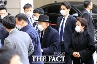 [TF사진관] 전두환, 아내 이순자 씨와 광주지법 도착