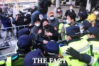 [TF포토] 전두환 재판, 내부 진입 막는 경찰