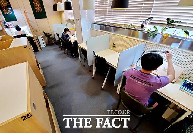 서울 마포구의 한 스터디카페에서 학생들이 거리두기 수칙을 지키며 공부하고 있다./더팩트DB