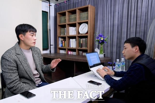 박유성 씨는 현재 대출을 받아서 전셋집에서 살고 있다고 했다. 그러면서 내 집 마련은 아득한 이야기처럼 들린다. 통일보다 더 어려운 것 같다고 씁쓸하게 말했다. 더팩트와 인터뷰하는 박 씨. /이선화 기자
