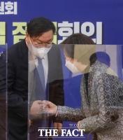 [TF포토] 주먹인사하는 김태년-유은혜