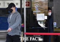 [TF사진관] '불법도박장 개설 혐의'로 공판 출석한 개그맨 김형인과 최재욱
