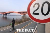 [TF포토] 한강공원 전동 킥보드, '속도 20km 지켜주세요!'