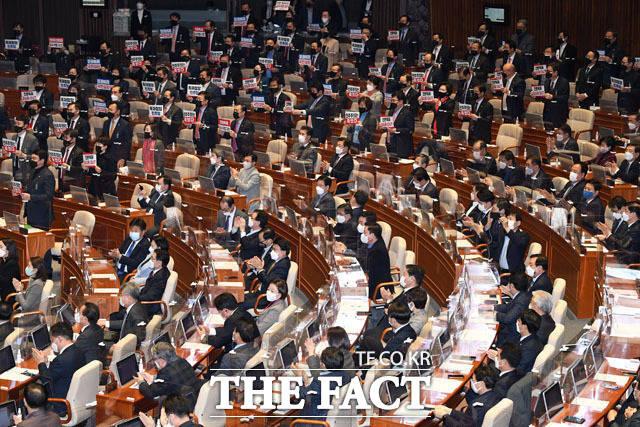 10일 서울 여의도 국회에서 열린 제383회 국회(임시회) 제1차 본회의에서 공수처법 개정안이 가결된 후 여야 의원들이 상반된 반응을 보이고 있다. 민주당이 속전속결로 처리한 것에 대해 국민의힘은 청와대를 배후로 의심하며 공세를 가하고 있다. /남윤호 기자