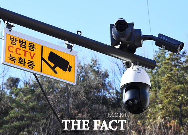 2년 전 등교하던 8살 어린이를 납치해 끔찍한 성범죄를 저지른 조두순(68)의 출소가 이틀 앞으로 다가온 10일 안산시 단원구의 한 주택가에 최신식 CCTV가 설치되어 있는 모습. /배정한 기자