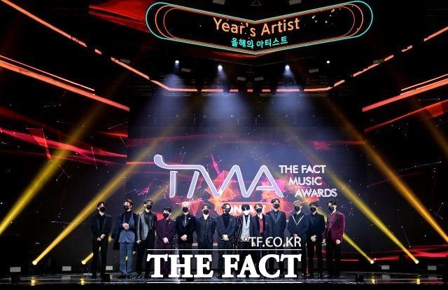 올해의 아티스트상 부문 수상한 그룹 세븐틴.