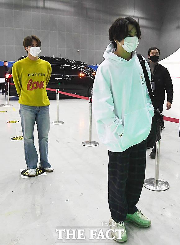 거리두기하며 순서 기다리는 방탄소년단 진(왼쪽)과 정국