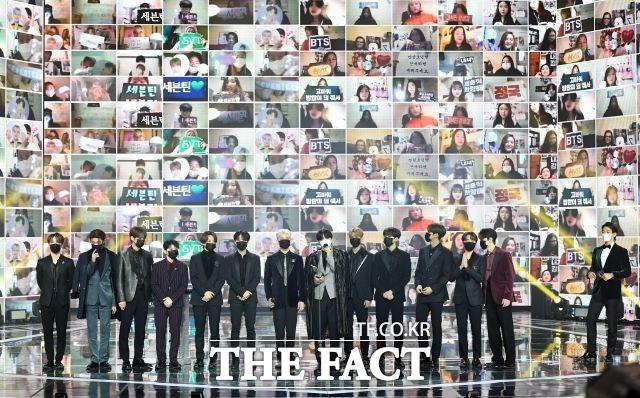월드와이드아이콘 부문 수상한 그룹 세븐틴.