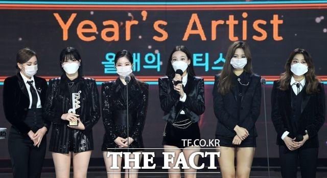 올해의 아티스트상 부문 수상한 걸그룹 트와이스.