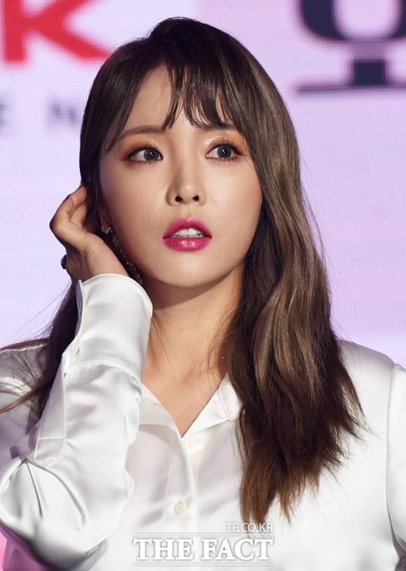 가수 홍진영이 논문 표절 의혹에 휩싸이면서 출연하던 프로그램에서 하차 수순을 밟게 됐다. /더팩트 DB