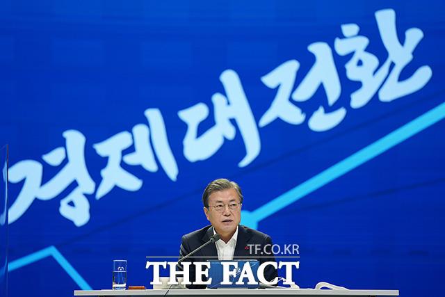 문재인 대통령이 17일 서울 중구 대한상공회의소에서 열린 2021년 경제정책방향 보고 확대 국민경제자문회의에 참석, 경제 3법과 관련해 기업을 건강하게 하여 글로벌 경쟁력을 키우는 길이라는 긍정적인 인식을 가져주길 바란다고 당부했다. /청와대 제공
