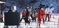 [TF사진관] '스키장도 거리두기 필요해요!'