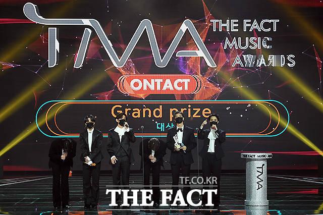 방탄소년단이 2020 더팩트 뮤직 어워즈에서 대상을 수상했다. /이새롬 기자