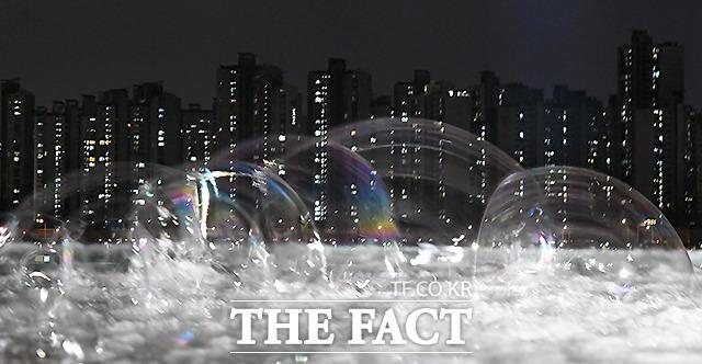 2021년에는 부동산 시장 안정화 및 투자수요 억제를 위한 정부의 많은 대책들이 시행된다. 유독 힘들었던 2020년의 해가 저무는 마지막 밤, '집값 거품'과 우울감에 빠진 서민들의 시름도 함께 사그라드는 새해를 기대해본다. 사진은 서울 뚝섬 한강공원에서 바라 본 강남 일대 아파트단지의 모습으로 비눗방울을 불어 만든 거품을 다중노출로 촬영했다. /이새롬 기자