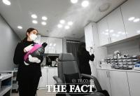 [TF포토] 진료실 방역하는 의료진들