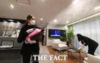 [TF사진관] '연일 증가하는 확진자;...방역에 힘쓰는 병원 관계자들