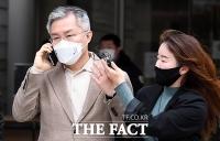 [TF사진관] 취재진 질의 뿌리치는 최강욱