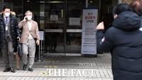 [TF포토] 지지자들 응원 받는 최강욱