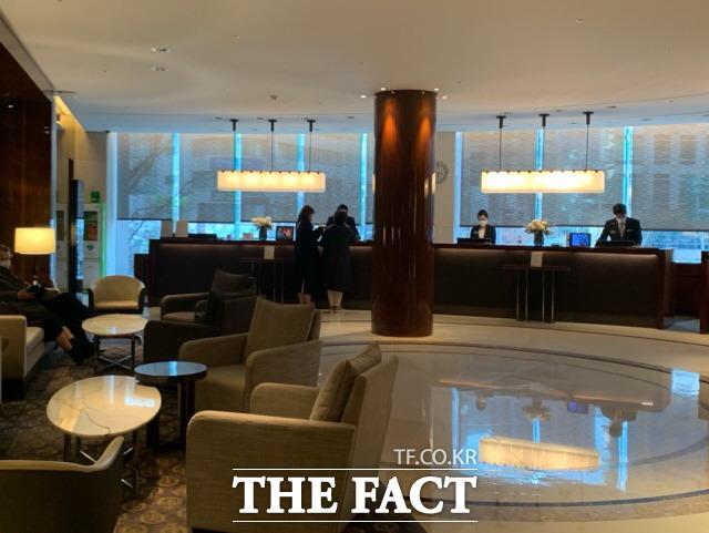 정부가 전국 호텔과 리조트 등 숙박시설의 이용률을 50% 이하로 제한하면서 호텔업계에 비상이 걸렸다. 사진은 서울 시내 한 특급호텔의 포론트 모습. /한예주 기자