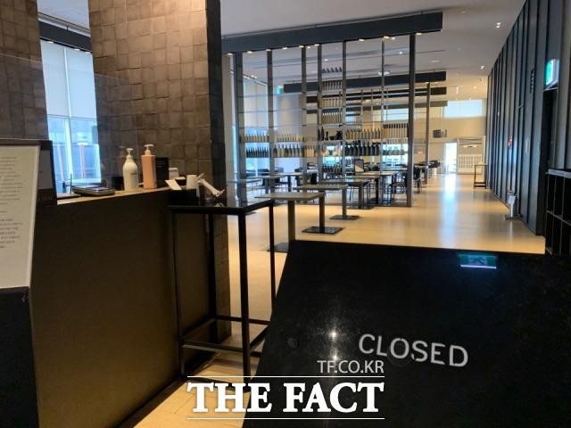 호텔들은 각 사마다 기준을 두고 예약 취소를 진행하고 있지만, 정부의 지침을 놓고 불만의 목소리를 내고 있다. 사진은 서울 시내 한 호텔의 식음업장이 닫혀있는 모습. /한예주 기자