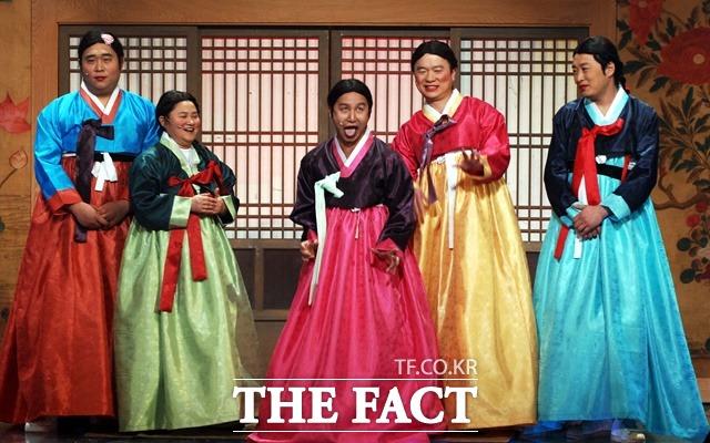 심현섭은 개콘 이전부터 KBS2 서세원쇼의 시사 투나잇 등 심야 쇼프로에서 김대중 대통령, 이다도시, 앙드레 김 등 유명인들의 성대모사를 하며 대중적 주목받는다. 사진은 SBS 송년특집 개그대축제 당시. /더팩트 DB