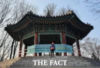 [TF사진관] 1월 1일, 해돋이 못 보는 남산공원 팔각정