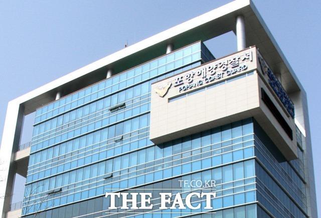 포항 구룡포에서 밀접접촉자로 확인된 선장이 운항한 어선에서 선원이 숨진 채 발견돼 포항해경이 조사에 나섰다./포항=김달년기자