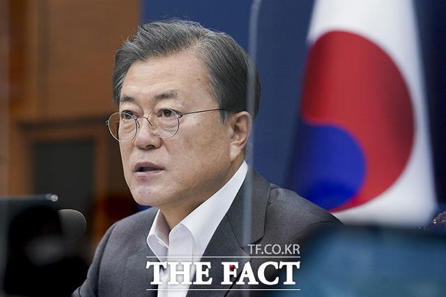 문재인 대통령은 징계를 재가한 윤석열 검찰총장에 대해 법원의 직무 복귀 결정이 나오자