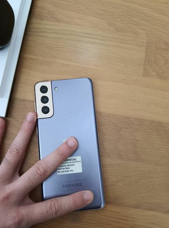 갤럭시S21 시리즈의 대표 색상으로 알려진 팬텀 바이올렛 모델은 카메라 모듈에 다른 색을 적용한 것으로 보인다. /마우리QHD 트위터 갈무리