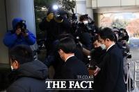 [TF포토] 법원 들어서는 이재용 부회장
