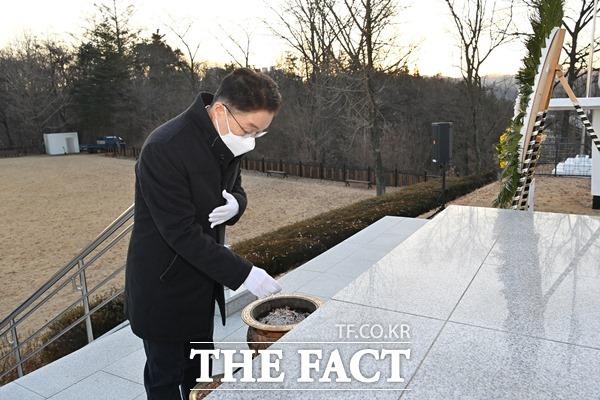 경북교육청 임종식교육감이 1일 안동 충혼탑을 찾아 올해 '삶의 힘을 키우는 따뜻한 경북교육'실현을 위한 힘찬 출발을 시작했다./경북교육청제공