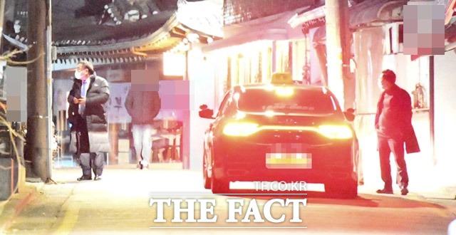 지난 5일 서울 종로구의 한정식 집에서 3시간여 동안 만남을 갖고 헤어지는 김태년(왼쪽) 민주당 원내대표와 양정철 전 원장. /임세준 기자