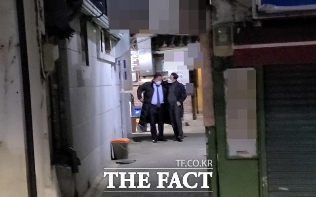 5일 저녁 만찬 후 9시 23분 식당 골목을 나서는 양정철 전 원장(오른쪽)과 김태년 원내대표. 어깨동무를 하고 있다. /이철영 기자