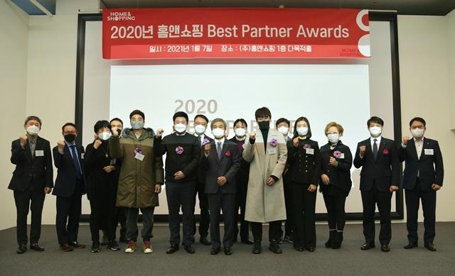 홈앤쇼핑은 8일 서울 강서구 본사에서 베스트 파트너 어워즈를 열고 우수 파트너사와 동반성장을 약속했다. /홈앤쇼핑 제공