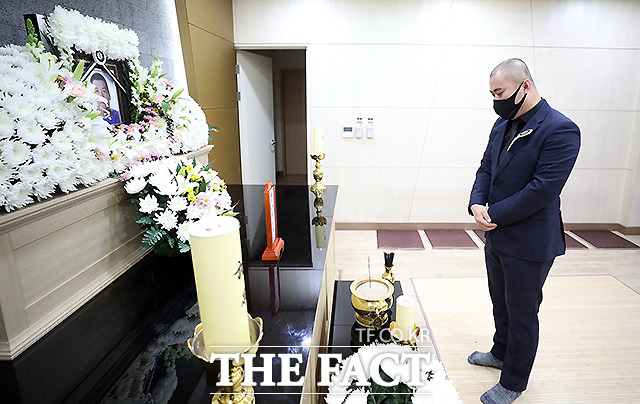 그룹 홀라당의 멤버 박사장이 7일 인천 서구 카톨릭관동대학교 국제성모병원 장례식장에 마련된 빅죠의 빈소를 찾아 조문을 하고 있다. /사진공동취재단