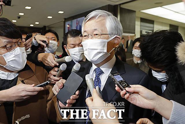 남관표 일본 주재 한국대사가 8일 일본 외무성의 초치 후 외무성을 나서면서 기자들에게 둘러싸여 있다. /도쿄=AP.뉴시스