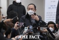 [TF포토] 승소 판결 브리핑 하는 김강원 변호사