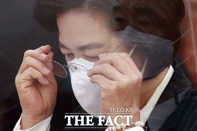 추미애 법무부 장관이 지난 8일 오전 서울 여의도 국회에서 열린 법제사법위원회 전체회의에서 안경을 쓰고 있다./남윤호 기자