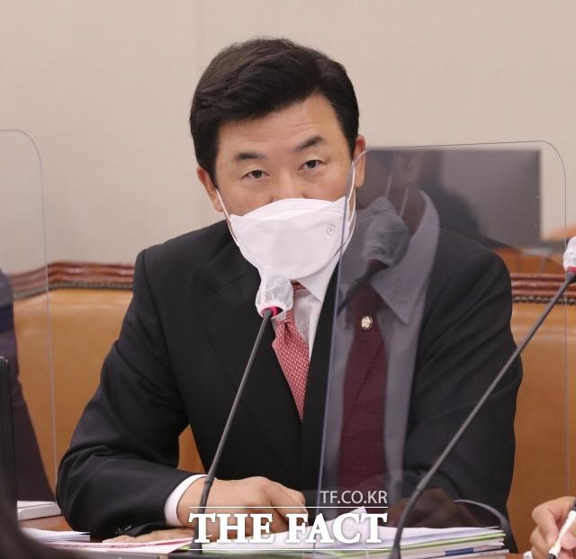 윤영석 국민의힘 의원은 12일 서울시장 재보궐선거와 관련해 3자구도는 필패라며 야권 단일화를 촉구했다. 지난해 10월 국회 산업통상자원부 국정감사에서 질의하는 윤 의원. /이새롬 기자