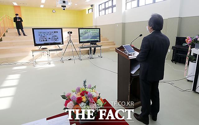 서울 원효초등학교 제 38회 졸업식이 열린 가운데, 정한주 교장선생님이 회고사를 하고 있다.