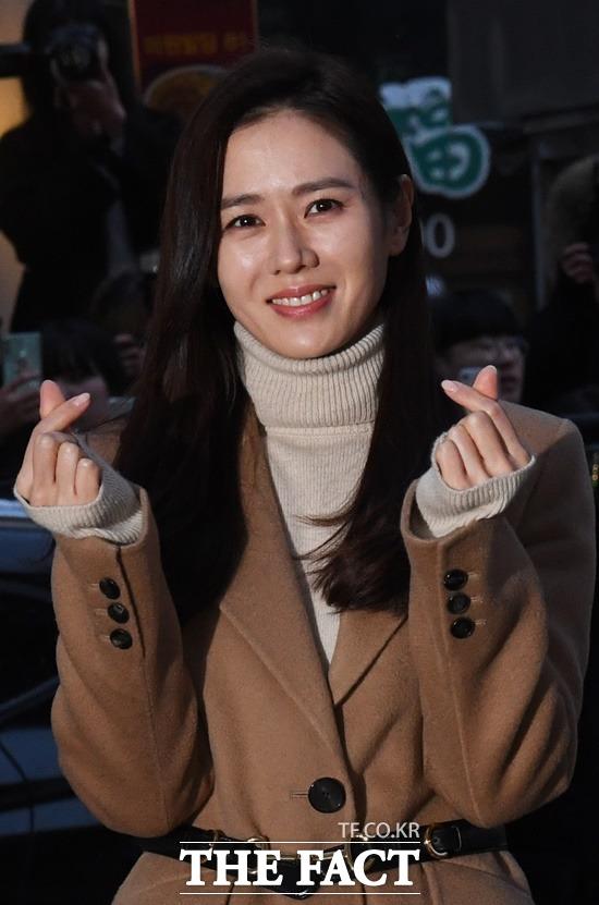 사랑의 감정은 설레는 표정에서부터 드러나기 마련이다. 손예진이 현빈과 호흡을 맞춘 tvN 드라마 '사랑의 불시착' 종방연 당시 포토타임을 갖고 있다. / 배정한 기자