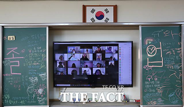 13일 서울 서초구 서울우솔초등학교에서 열린 제 8회 졸업식이 비대면으로 진행되고 있다. /사진공동취재단